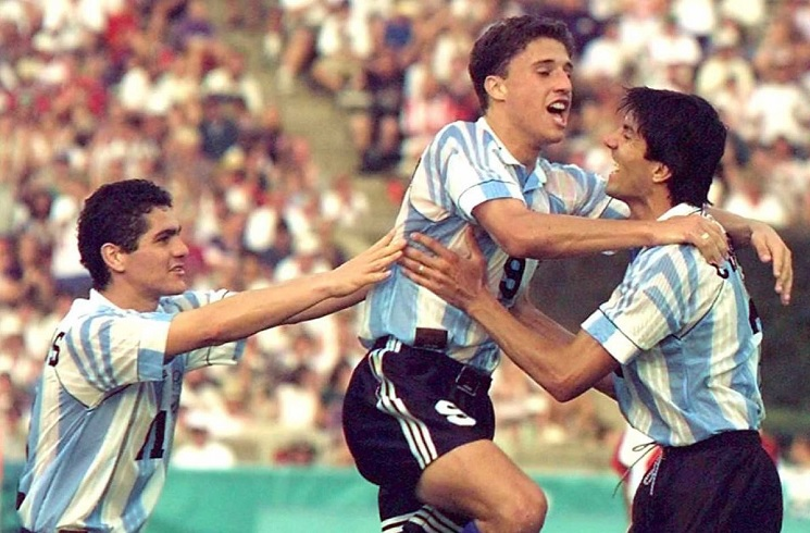 Argentina Throwback Thursday: Hernan CRESPO scores against Colombia | Mundo  Albiceleste